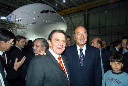 Staatschefs im Glück:Bundeskanzler Gerhard Schröder und Frankreichs Präsident Jacques Chirac strahlen vor dem strahlenden Flugzeug