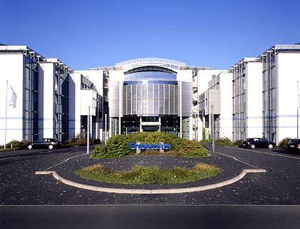 Raumschiff Fresenius: Die Konzernzentrale des hessischen Gesundheitskonzerns wurde nach den Plänen der Architekten Gus Olbrechts und Wolfgang Ritter (Ritter + Partner) sowie Ernst Höhler (Höhler + Partner) 1998 erbaut. Die Kosten beliefen sich auf rund 50 Millionen Euro einschließlich der Einrichtung.