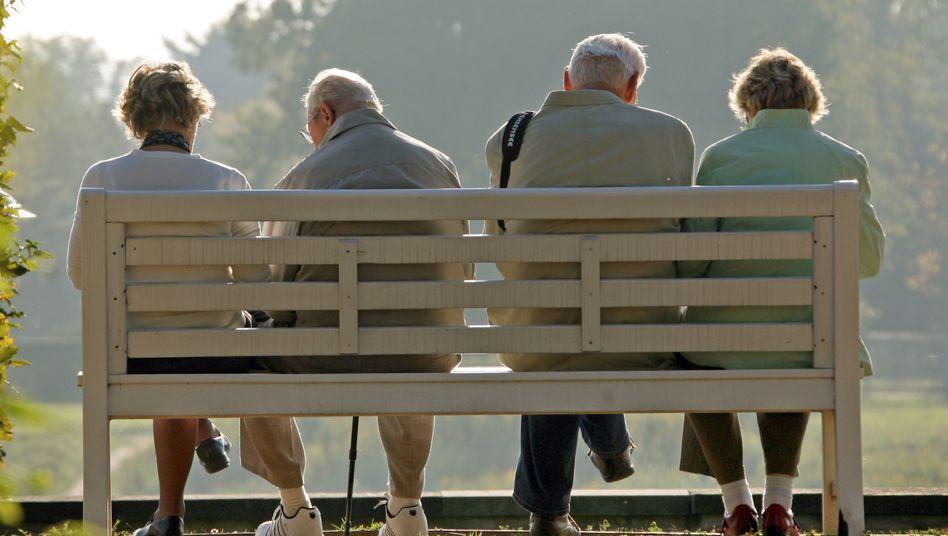 Rentner auf einer Parkbank: Im Herbst 2023 soll die digitale Rentenübersicht in eine erste Betriebsphase gehen
