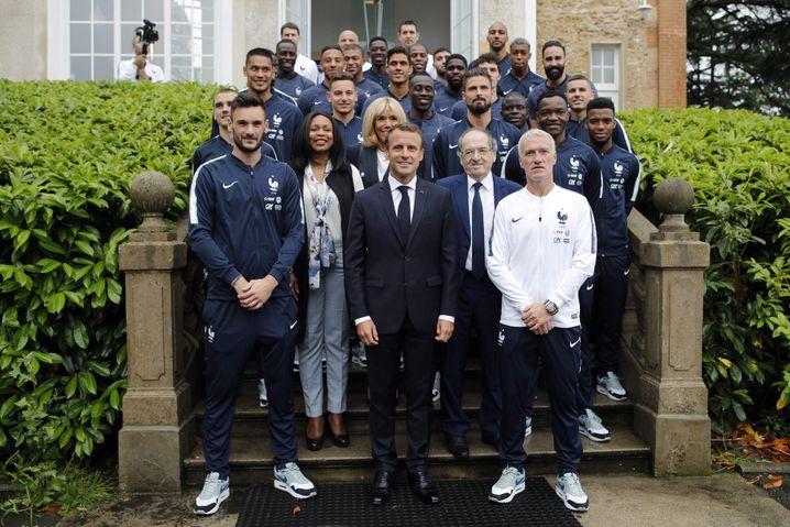 Frankreichs Präsident Emmanuel Macron posiert mit dem teuersten Nike-Team