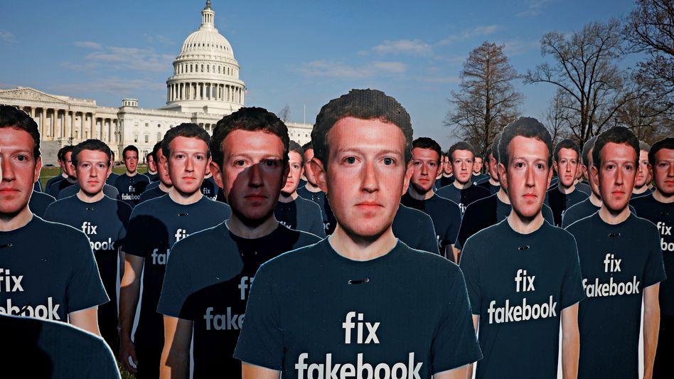 Unaufhaltsam: Papp-Zuckerbergs bei einem Protest von Avaaz.org in Washington.