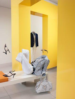Die neue Lässigkeit: Der Clubblazer und die Bluse (beide im Streifenlook) sind von Henry Cotton's, Piratenhose im Jeansstil von Gunex. Dazu Pantoletten von Joop, Handtasche (Tod's), Gürtel (Chanel) und Brille (Gucci). Im Hintergrund: Blazer und gestreiftes Hemd (Brunello Cuccinelli), weiße Jeans (Hackett) und blaue Mokassins (Santoni).
