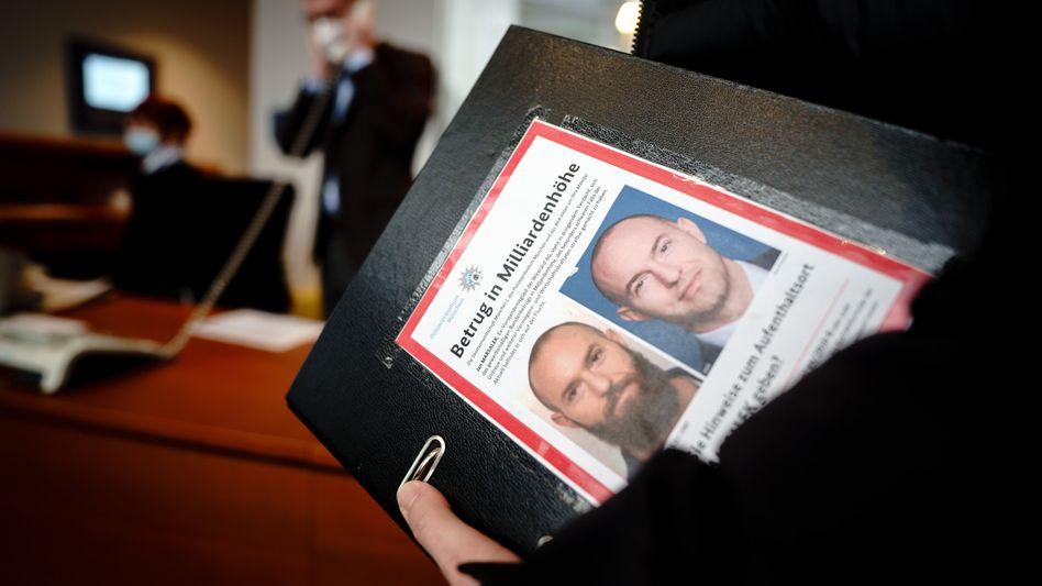 Material für den Ausschuss: Aktenordner des Linken-Abgeordneten Fabio De Masi am Freitag im Bundestag