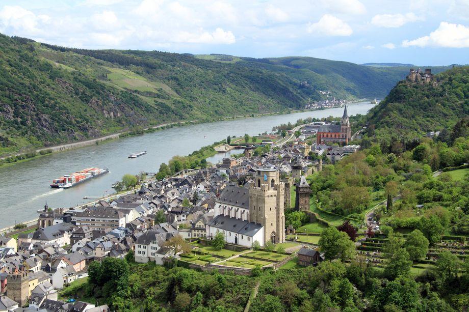 Der Rhein bei Oberwesel: Die Martinskirche (vorne) bildet mit der Liebfrauenkirche und dem höher gelegenen Schönberg ein ansehnliches Ensemble