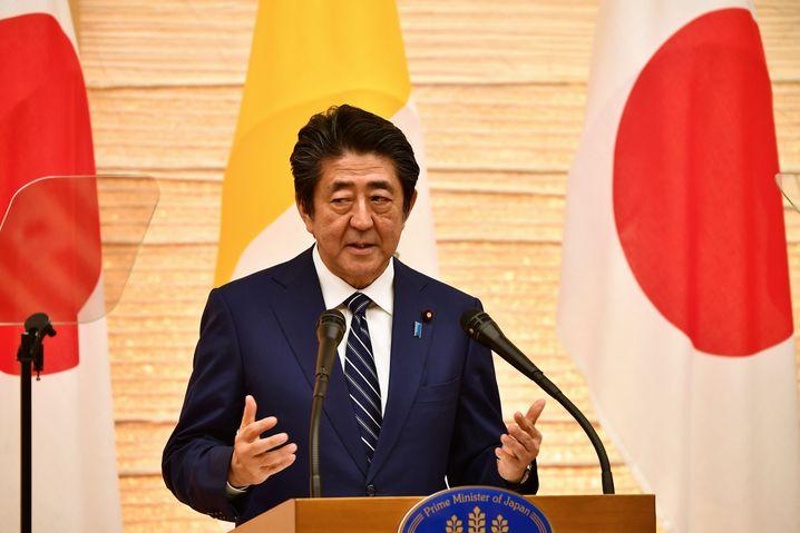 Japans Regierungschef Shinzo Abe hält an der Ausrichtung der Sommer-Olympiade in diesem Jahr (noch) fest