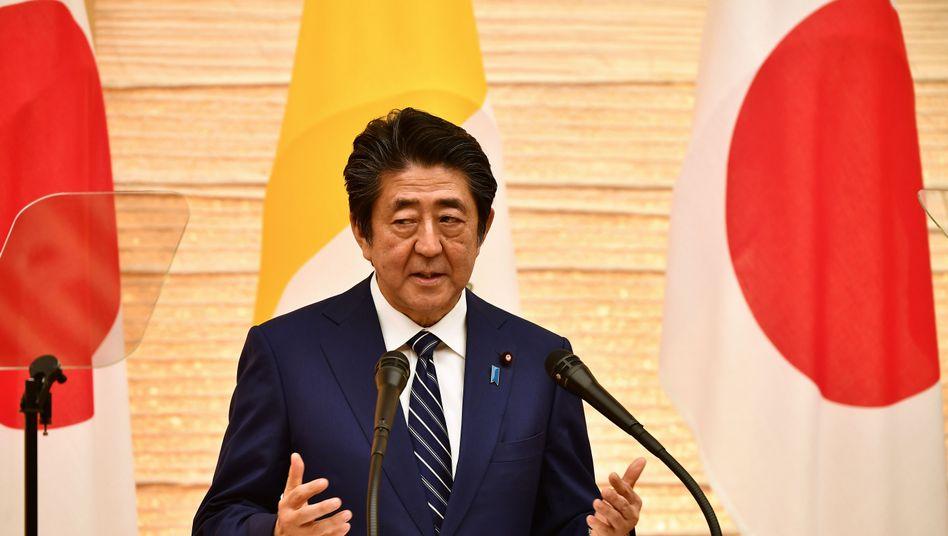 """""""Starkes Paket"""": Japans Premier Abe stemmt sich mit Milliarden gegen die Wirtschaftsflaute."""