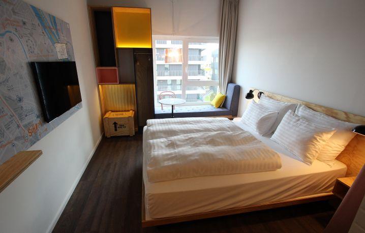 """Ein Standardzimmer im Coworking-Hotel """"Schani""""."""