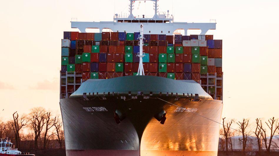 Containerschiff auf Kurs nach Hamburg