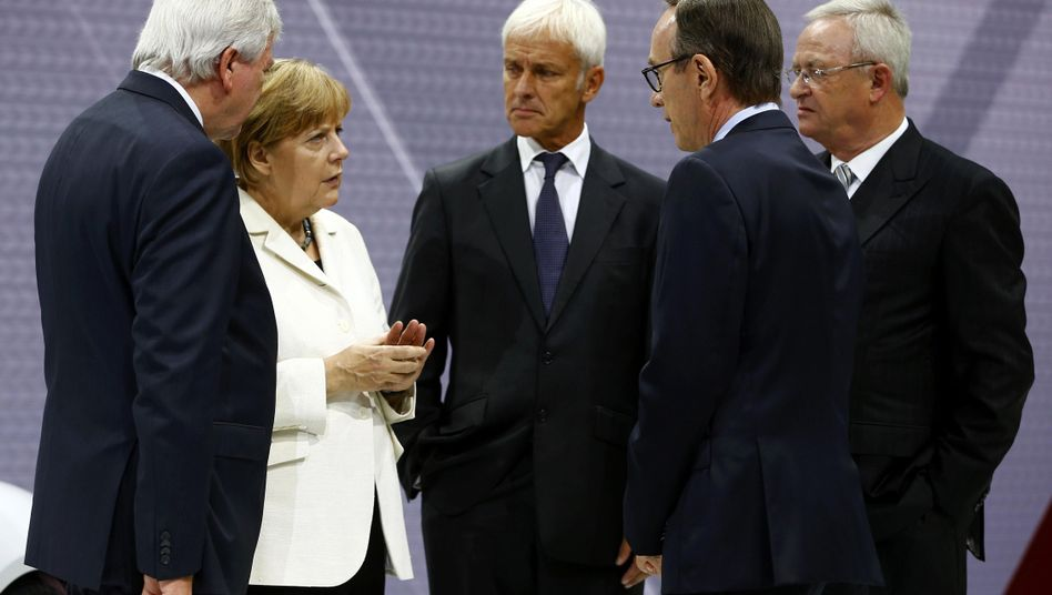Versammelte Erfahrung: Hessens Ministerpräsident Volker Bouffier (seit 2010), Bundeskanzlerin Angela Merkel (seit 2005), Volkswagen-Chef Matthias Müller (seit 2015), VDA-Präsident Matthias Wissmann (seit 2007), Müllers Vorgänger Martin Winterkorn (2007-2015) auf der Automesse IAA am 17. September