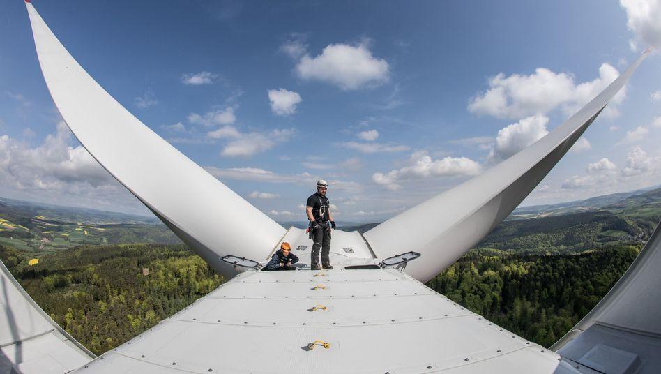 Hält's? Windkraftanlage in Hessen, neu installiert und deswegen erst einmal blitzsauber.