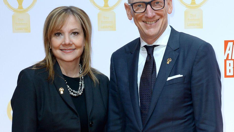 Einmal lächeln, bitte! GM-Chefin Marry Barra lobt Opel-Chef Karl-Thomas Neumann und Vorstandskollegen bis zu 30 Millionen Euro Prämie aus, wenn sie den Verkauf der GM-Tochter an Peugeot über die Bühne bringen
