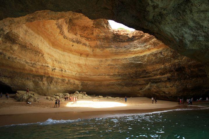 Bei Ebbe sinkt der Meeresspiegel am Praia de Benagil so stark, dass sich unter den Felsen ein fotogener Hohlraum bildet. Den erreicht man schwimmend oder mit dem Boot.