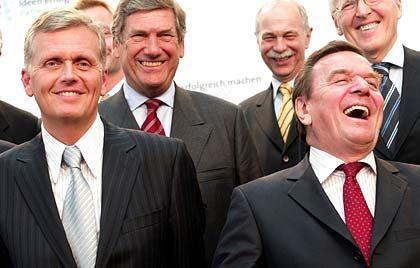 Aufbruchstimmung: Bundeskanzler Schröder (r.), ThyssenKrupp-Chef Schulz (M.) und Telekom-Chef Ricke (l.) beim Innovationsgipfel in Berlin