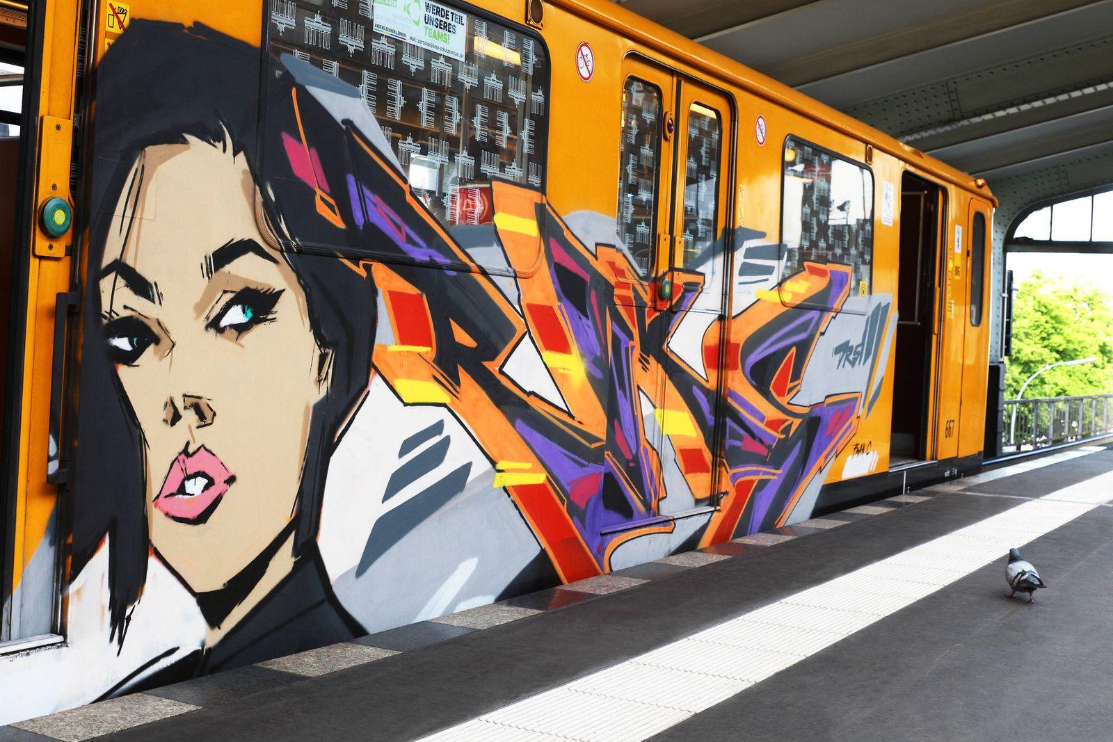 Graffiti am U-Bahnzug - Berlin, Deutschland, DEU, GER, 15.05.2020 - Berlin (Friedrichshain-Kreuzberg) Ein mit Graffiti b