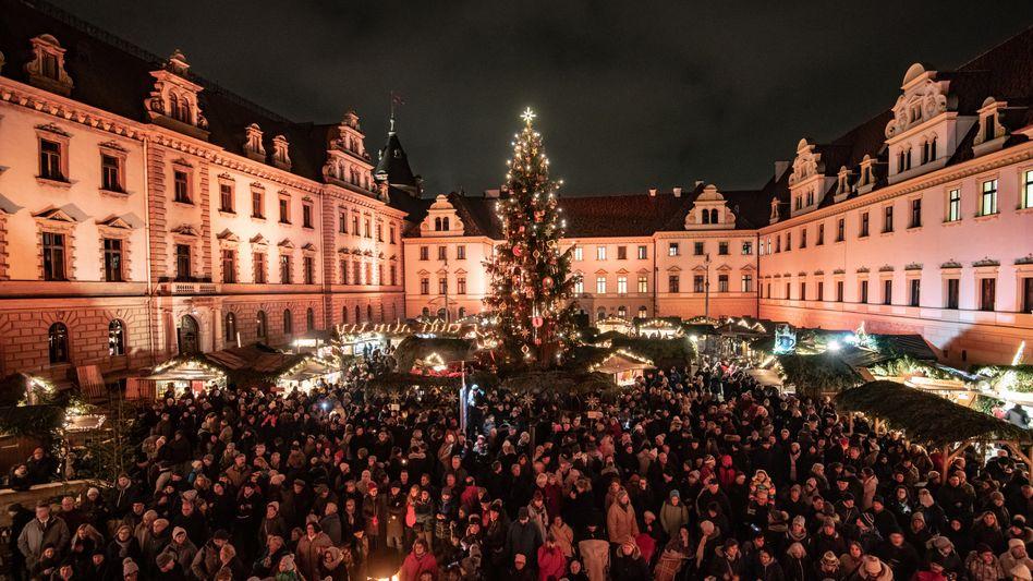 Weihnachtsmarkt in Regensburg: Schöne Bescherung für den deutschen Fiskus - die Steuerquote in Deutschland liegt mit 37,5 Prozent klar über dem OECD-Schnitt