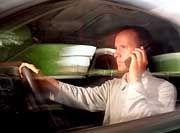 Verboten: Telefonieren und Hantieren mit dem Taschencomputer lenken Autofahrer zu sehr ab