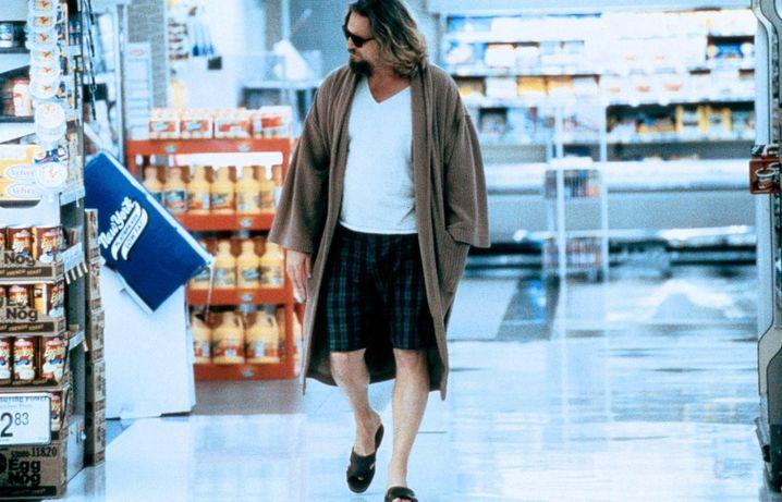 Wozu extra den Bademantel ausziehen, viel zu anstrengend: Lebowski beim Einkauf