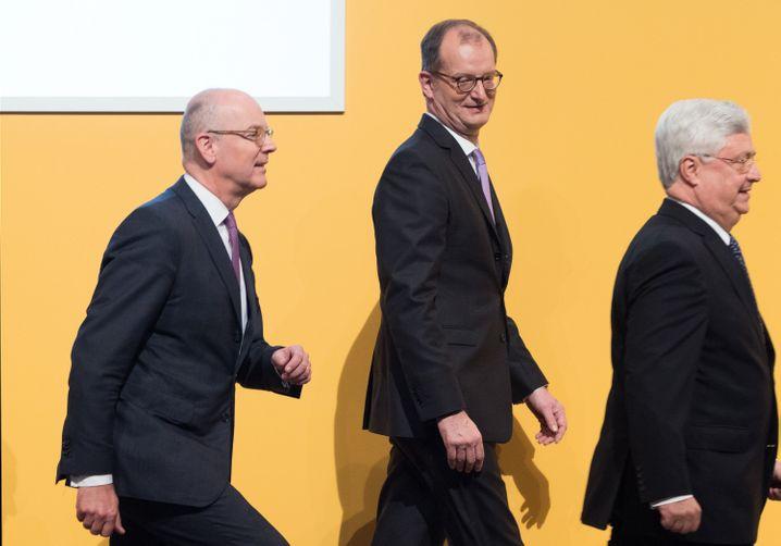 Noch ein Aufmarsch vor dem Abgang: Der scheidende Commerzbank-Chef Martin Blessing (links), folgt dem zukünftigen Chef, Martin Zielke, und Aufsichtsratschef Klaus-Peter Müller aufs Podium