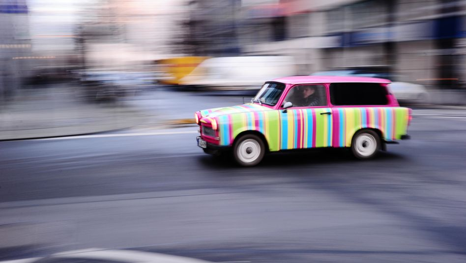 Bunter Trabbi: Mehr als 30 Jahre nach der Wende hat der Trabant auf ostdeutschen Straßen weitgehend ausgedient, unter Nostalgikern genießt das Auto gleichwohl Kultstatus