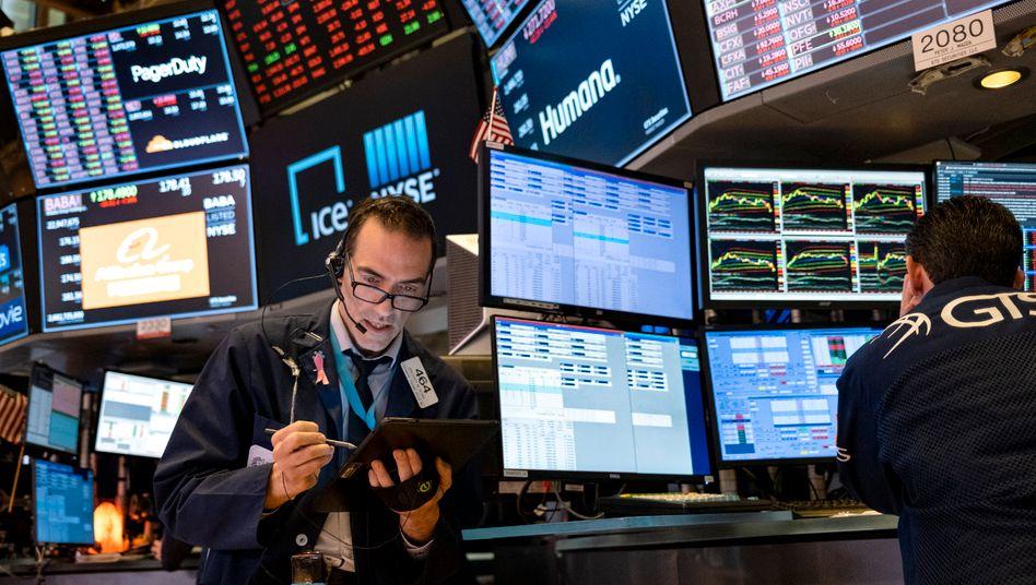 Unsichere Aussichten: An der Börse sind die Kurse nach dem Corona-Crash wieder gestiegen - mehr und mehr Experten sehen das kritisch.