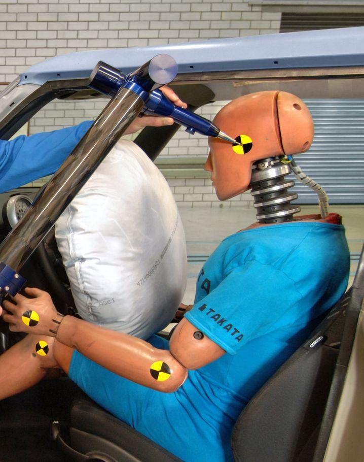 Airbag-Versuchsanlage des Zuliefers Takata: Manche Airbags blasen sich nicht vollständig auf