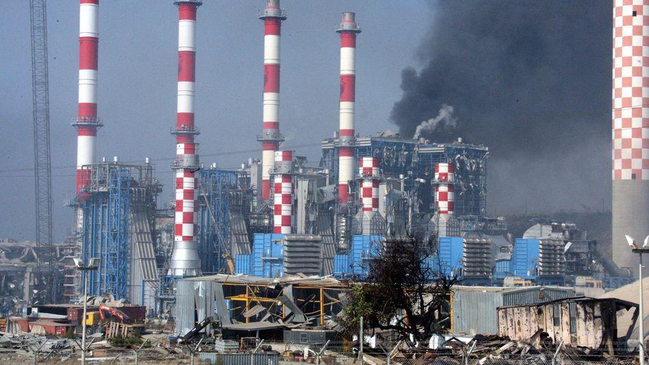 """Wirtschaft lahmgelegt: Die Munitionsexplosion auf der Marinebasis """"Evangelos Florakis"""" brachte das benachbarte Kraftwerk zum Stillstand"""