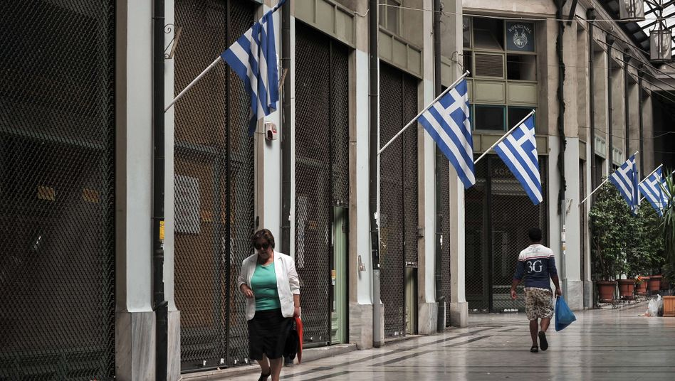 Griechen beim Einkaufsbummel: Das Land macht schwere Zeiten durch