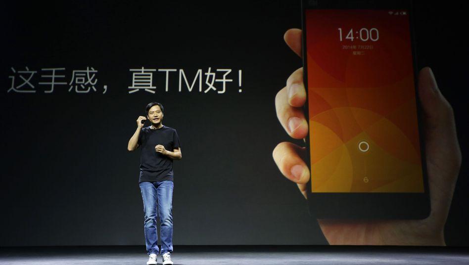 Steve Jobs Imitator: Lei Jun, Gründer des chinesischen Handyherstellers Xiaomi, präsentierte im Juli das Xiaomi Phone 4. Sein Kleidungsstil erinnert zweifelsohne an den verstorbenen Apple-Gründer.