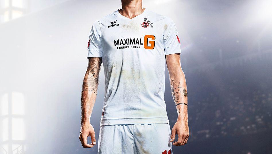 Hier könnte Ihre Werbung stehen: Köln-Spieler Simon Zoller im Brause-Gipfel-Trikot. Trikot-Sponsor Rewe setzt für das Duell gegen RB Leipzig auf die eigene Energy-Drink-Eigenmarke