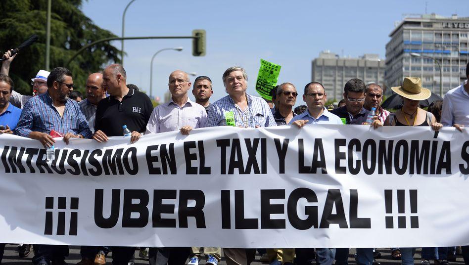 Im Juni hatten Madrids Taxifahrer gegen Uber demonstriert, nun kommt ein Gericht der Hauptstadt ihrem hier geäußerten Wunsch nach: Die Vermittlung von Fahrdiensten ist dem Unternehmen bis auf weiteres verboten