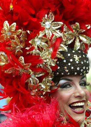 Aufwändiger Hutschmuck: Karnevalsteilnehmerin in Rio