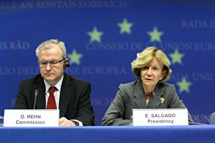 Der Morgen danach: Die spanische Finanzministerin Elena Salgado und EU-Kommissar Olli Rehn erläutern den Rettungschirm
