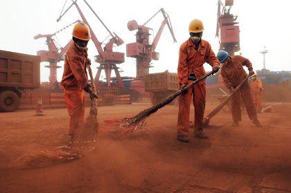 Gefragtes Gut: Chinesische Arbeiter fegen Eisenerzpulver beiseite