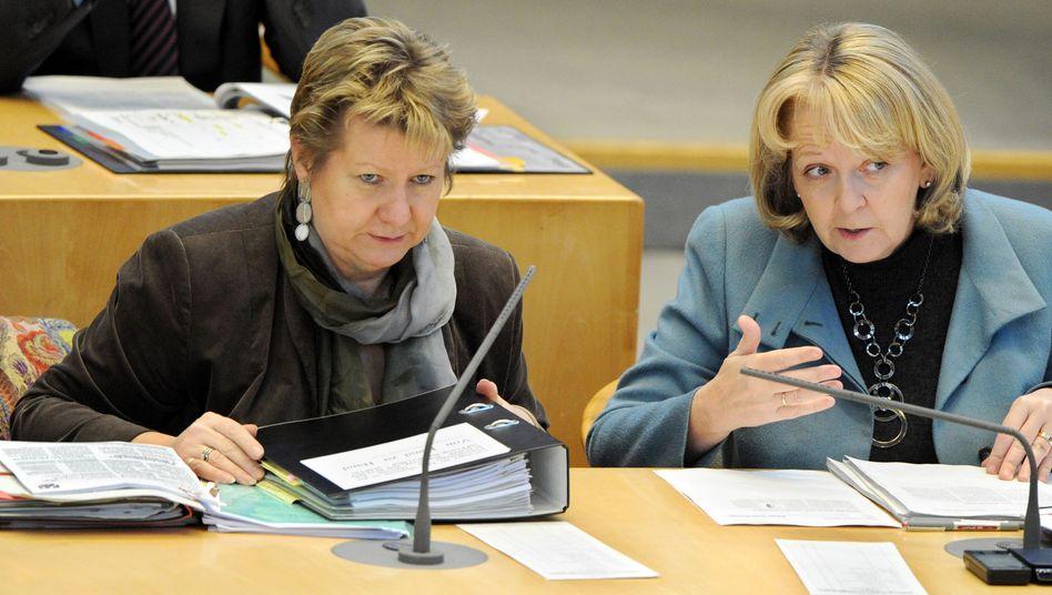 Schlappe für Rot-Grün: NRW-Ministerpräsidentin Hannelore Kraft (SPD, rechts) und Schulministerin Sylvia Löhrmann (Grüne) im Düsseldorfer Landtag