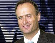 Der neue Chef von Hugo Boss gerät unter Druck. Bruno Sälzer hatte noch vor einem Monat die erst Ende Mai gesenkte Prognose bekräftigt.