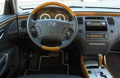 Luxus im Cockpit: Das Holz-Leder-Lenkrad fühlt sich edel an und liegt gut in der Hand