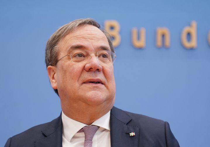 NRW-Ministerpräsident Armin Laschet (CDU) stellt sich in der Frage einer allgemeinen Maskenpflicht gegen seinen bayerischen Kollegen Markus Söder.