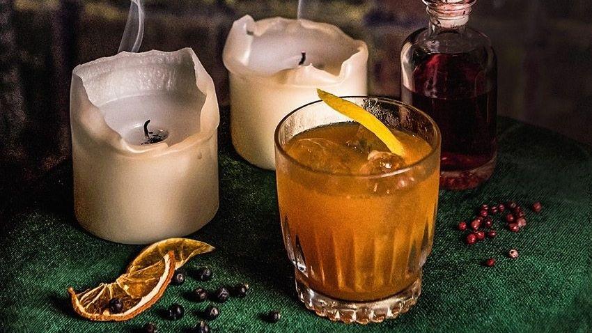 """KELLER MIT KRISTALL Die opulente """"Weles Bar"""" ist in einem Hinterhofkeller hinter einer unscheinbaren Tür"""