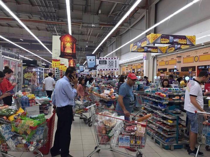 Einkaufen auf Vorrat: Menschen in einem Supermarkt in Doha (Katar)