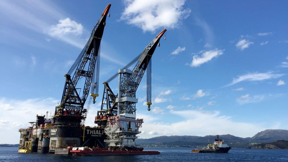 Schwimmkran in Norwegen für den Bau von Ölplattformen: Die Öleinnahmen des Landes fließen in den gigantischen Staatsfonds - und der will sich nun von Ölaktien verabschieden.