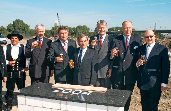 Mit Kölsch: Esch und Matthias Graf Krockow (lks) während der Grundsteinlegung für die Kölnmesse im Jahr 2004