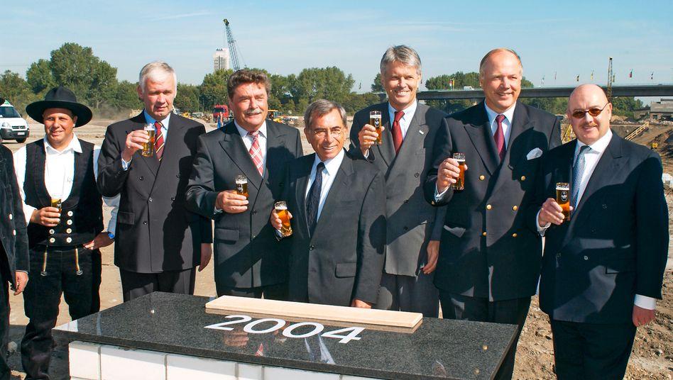 Darauf ein Kölsch: Josef Esch (rechts) mit Matthias Graf von Krockow bei der Grundsteinlegung für die Kölnmesse im Jahr 2004