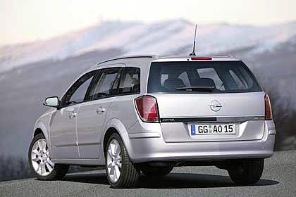 """Opel Astra Caravan: Mit """"viel Hirnschmalz im Heckabteil"""" (""""Auto-Bild"""") schicken die Rüsselsheimer in diesem Herbst die Kombiversion des Astra auf die Straßen. Die Erweiterung erntete im Vorfeld bereits das Lob der Beobachter. Opel geht dennoch auf Nummer sicher und forciert den Verkauf des Astra Caravan wie schon beim Grundmodell mit einem Frühbucherrabatt."""