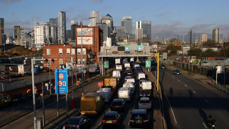 Rush Hour: Pendler - überwiegend noch in Autos mit Verbrennungsmotor - auf dem Weg in den Blackwall Tunnel nahe dem Londoner Finanzzentrum Canary Wharf