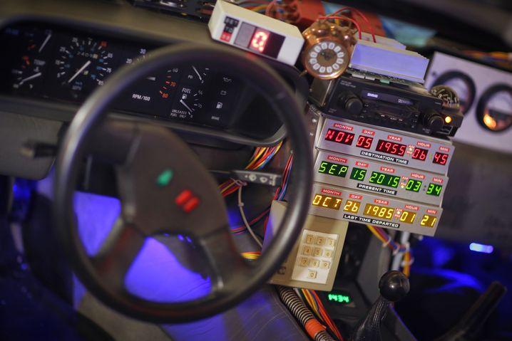 """Filmstar: Der von den Universal Studios umgebauter DeLorean war eines der Highlights des Films """"Zurück in die Zukunft - in dem Auto zeigte ein Display Herkunfts- und Zielzeit an"""