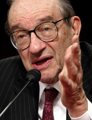 Legt beruhigend seine Hand auf: Fed-Chef Alan Greenspan