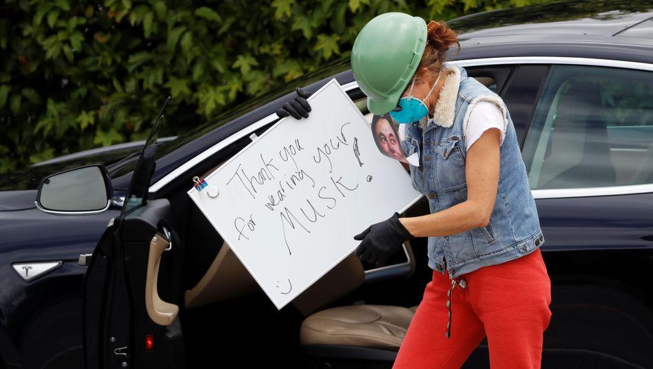 """""""Thank you for wearing your Musk"""" - eine Demonstrantin vor Teslas kalifornischer Autofabrik"""