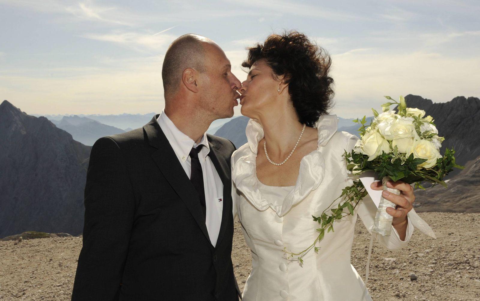 NICHT VERWENDEN Paare heiraten am 09.09.09 auf der Zugspitze