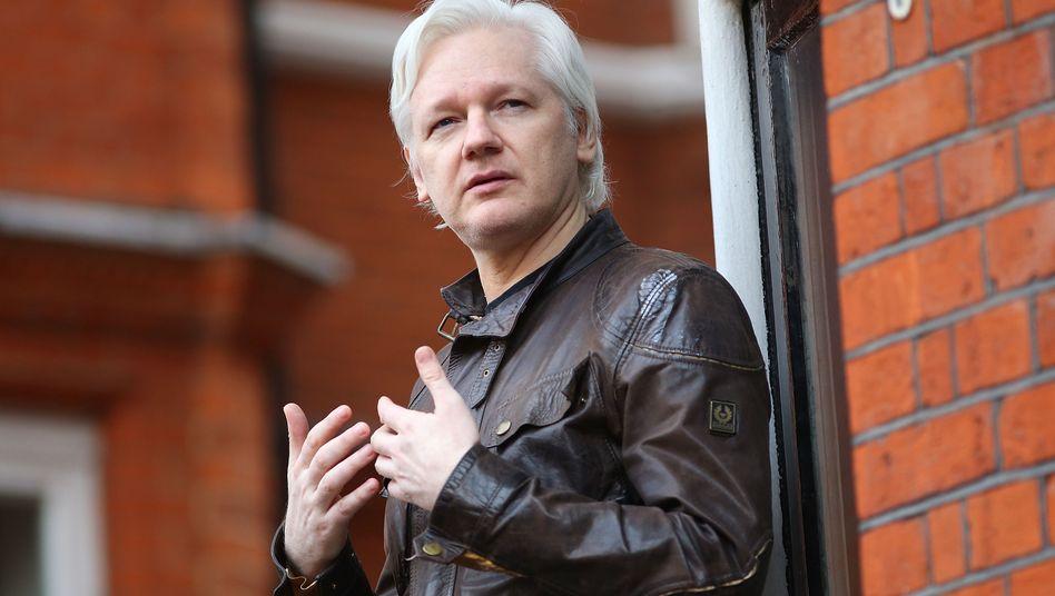Julian Assange 2017 auf dem Balkon der Botschaft Ecuadors in London