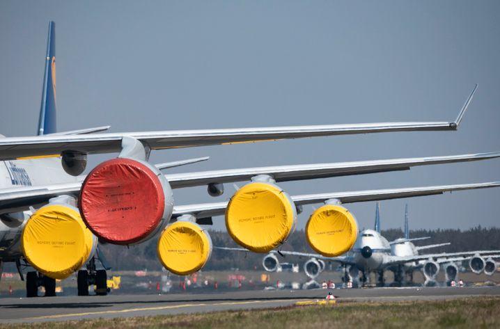 Stillgelegte Lufthansa-Flieger in Frankfurt mit zum Schutz abgeklebten Triebwerken